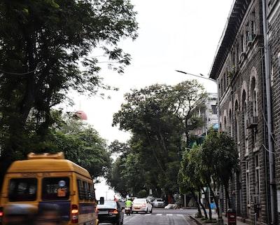 Mumbai yellow bus during daytime