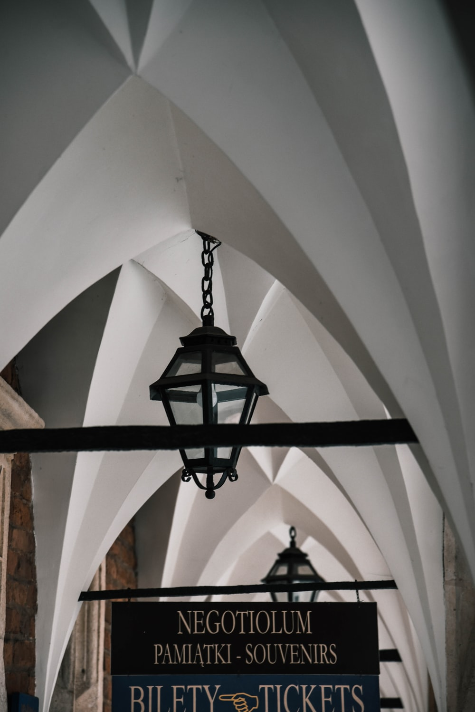 black pendant lamp un white seiling