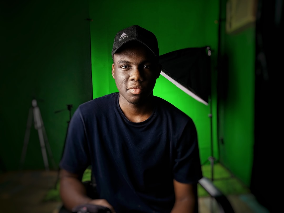 Photo in a studio in front of a green screen
