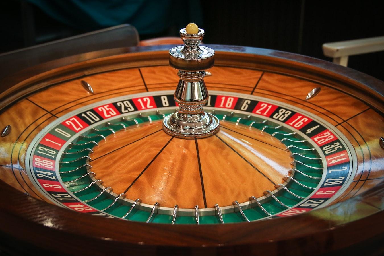 Een groot wodden roulettewiel