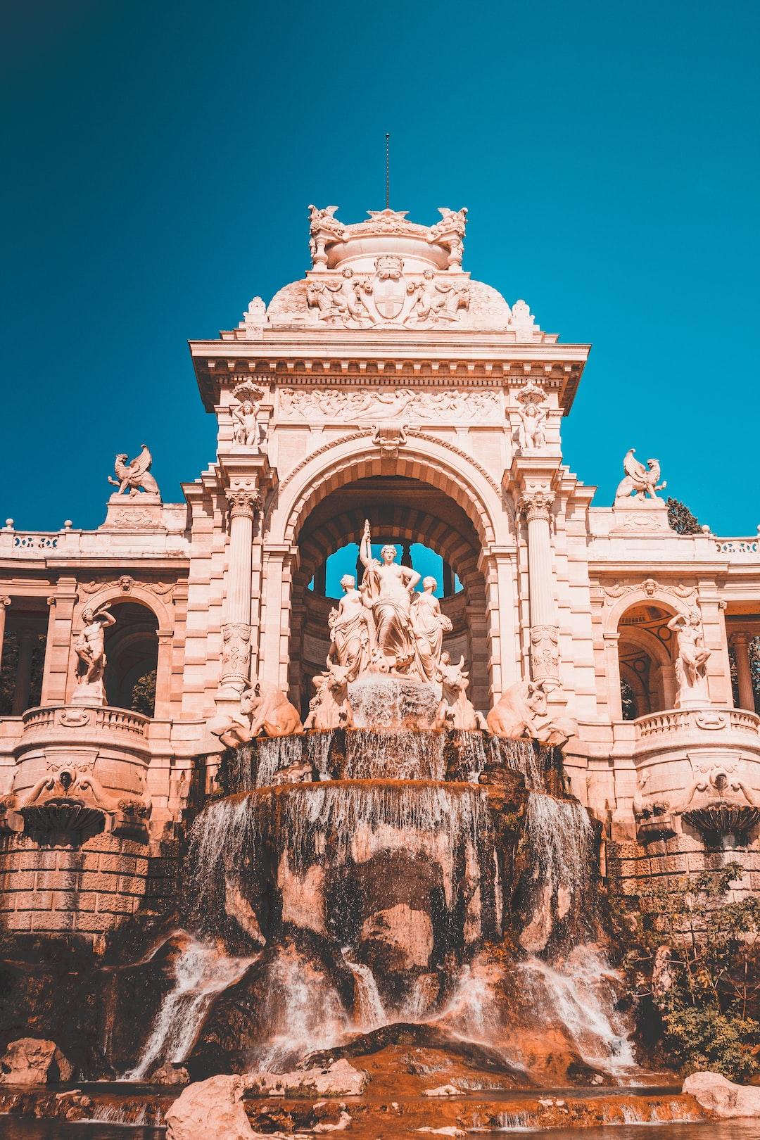 Palais Longchamp sous un grand ciel bleu 👀