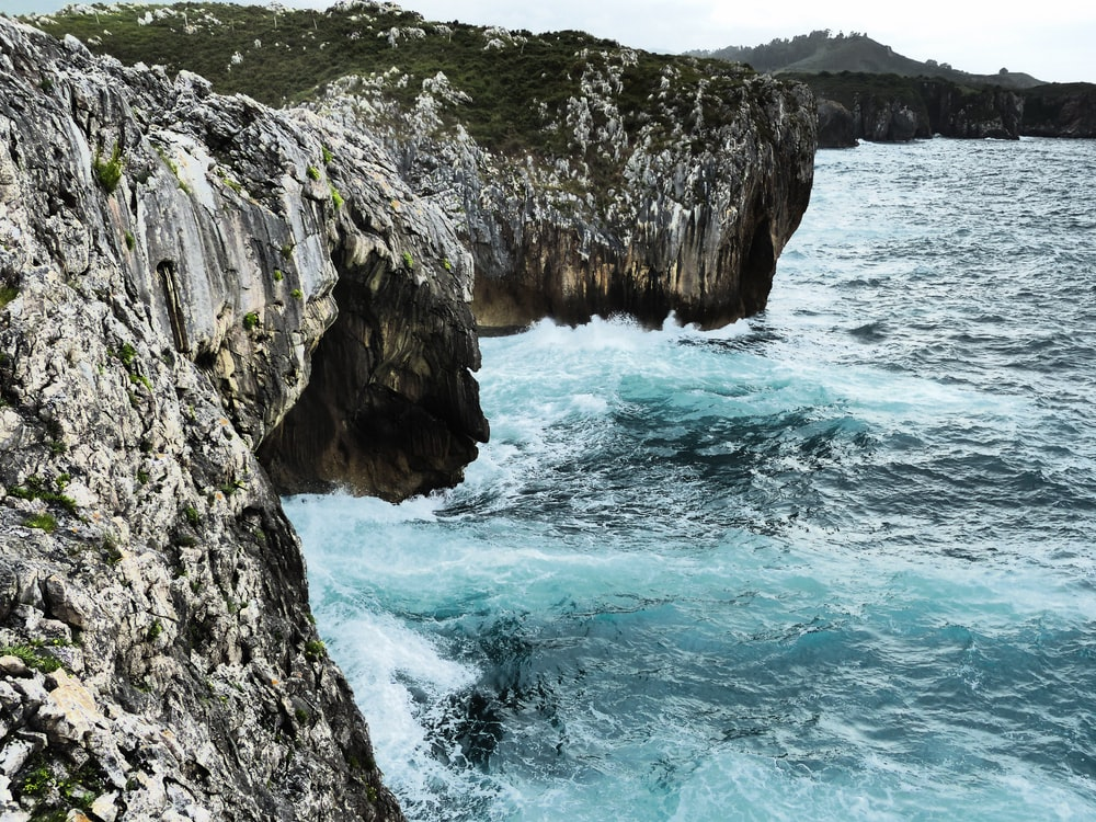 mar y acantilado durante el día.