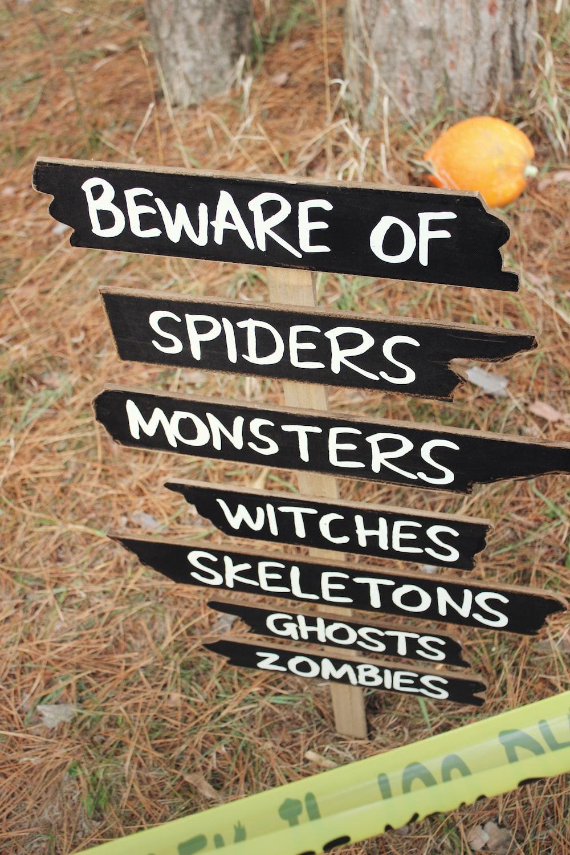 beware of spiders signage