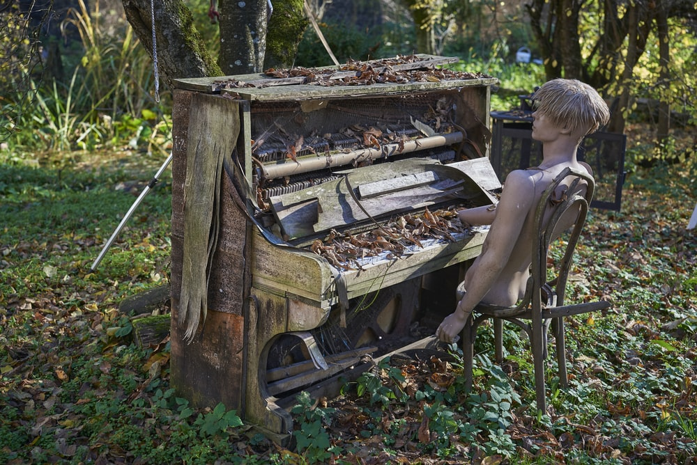 brown wooden piano