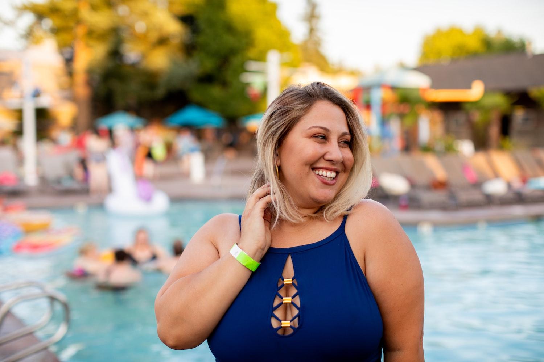 Женщина возле бассейна