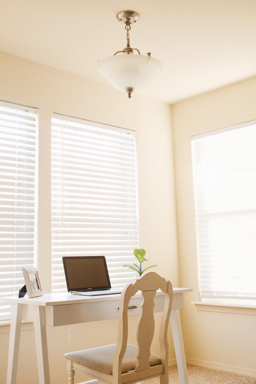 Quando a iluminação natural for muito intensa, vale a pena instalar persianas translúcidas para que o sol não entre diretamente.