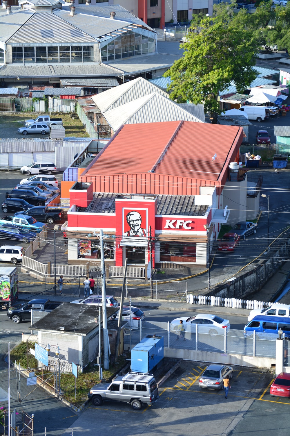 KFC building beside vehicles parked at the parking lot during day