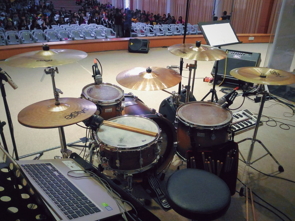 brown and black drum kit