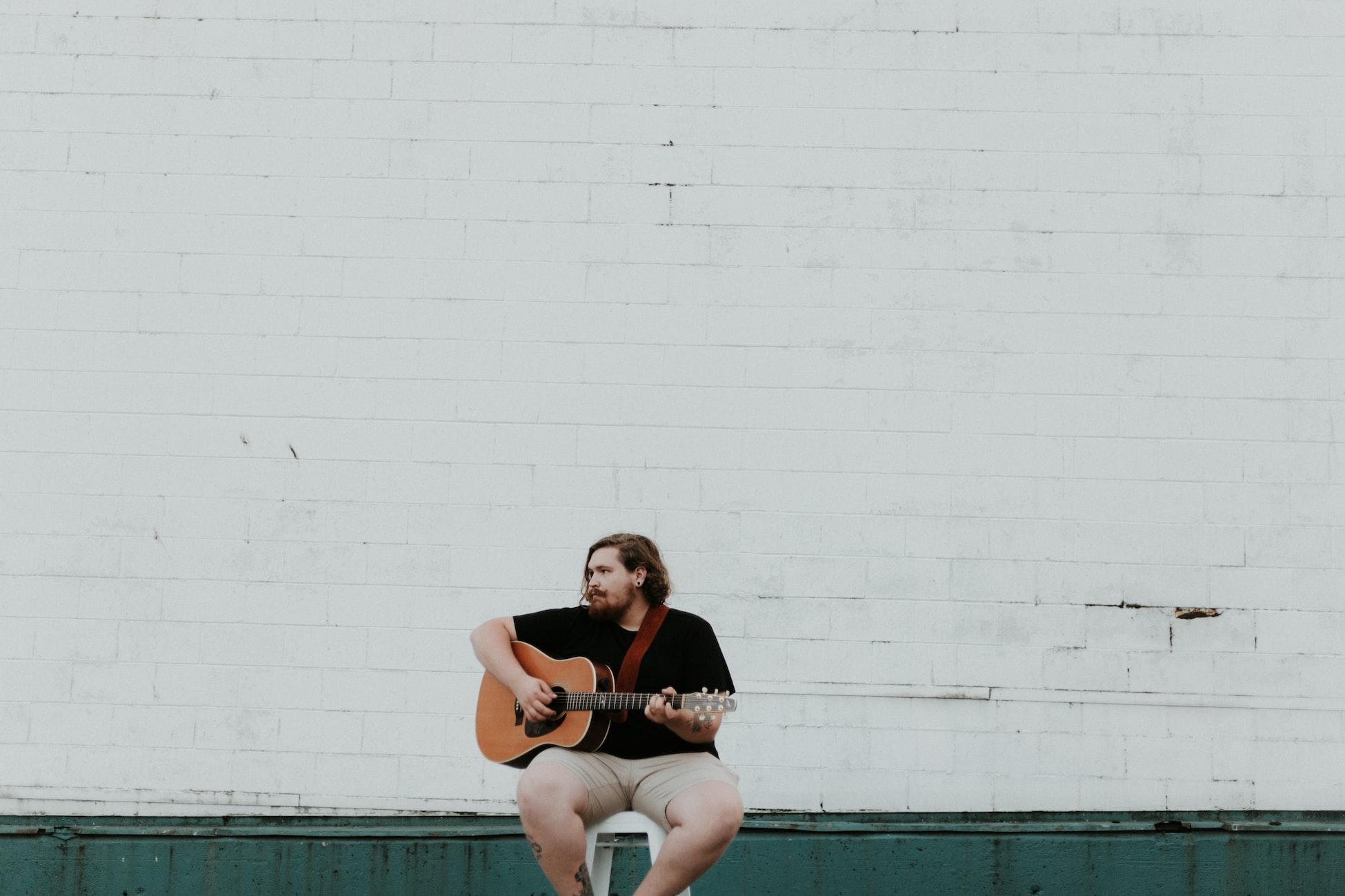 musician_guitar_empty_street
