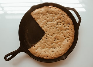 round black cast-iron pan with bread