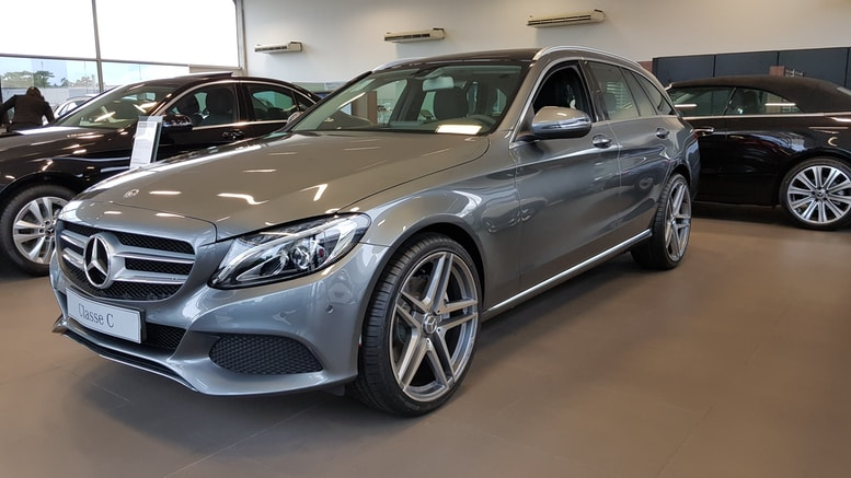 gray Mercedes-Benz sedan