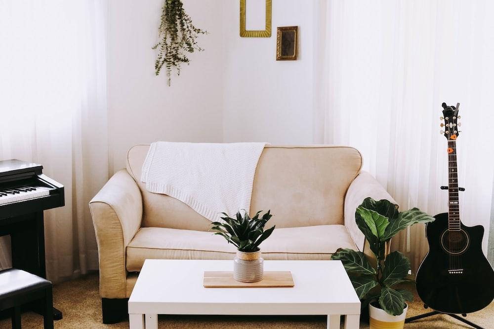 ソファの横にあるギター,おすすめローテーブル,激安,安いローテーブル,折りたたみ式ローテーブル