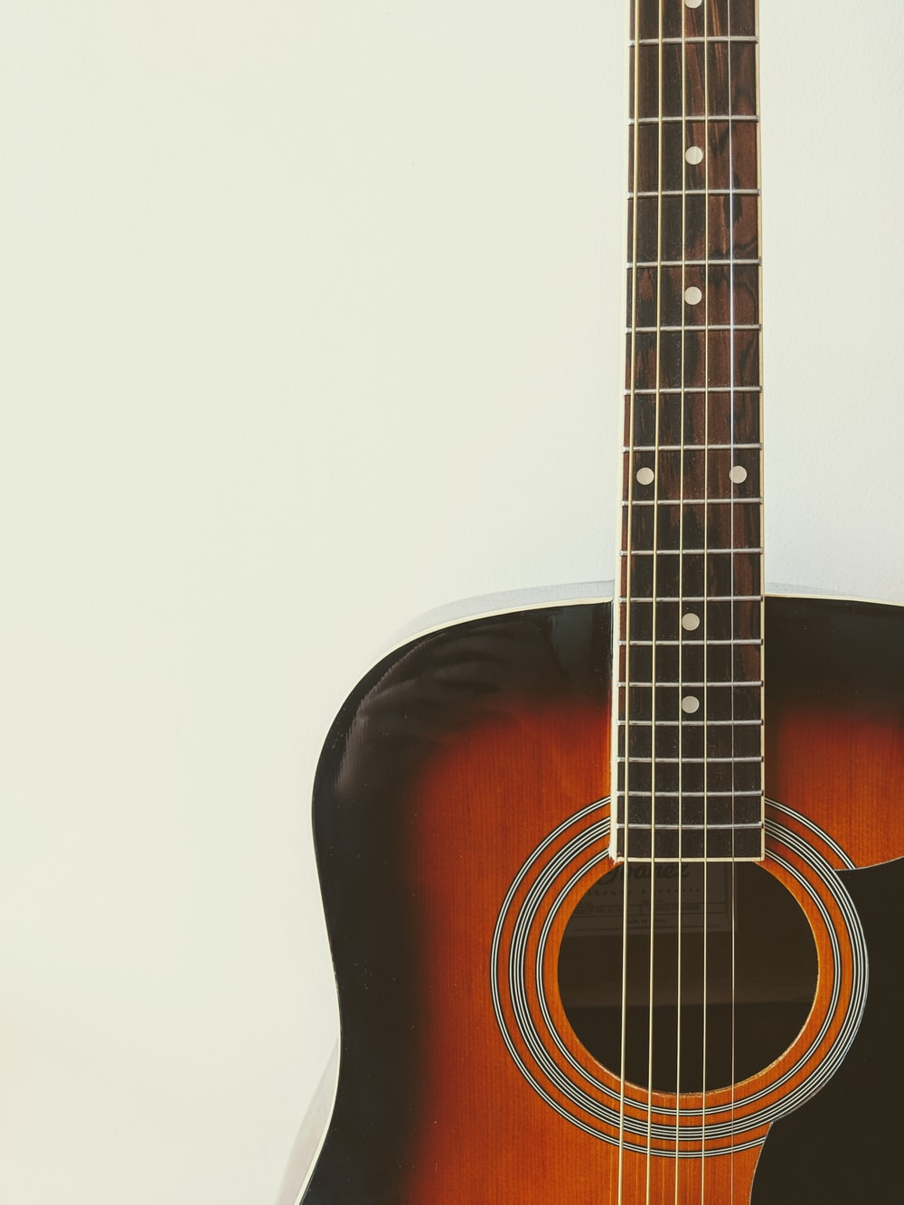 photo of brown and black acoustic guitar