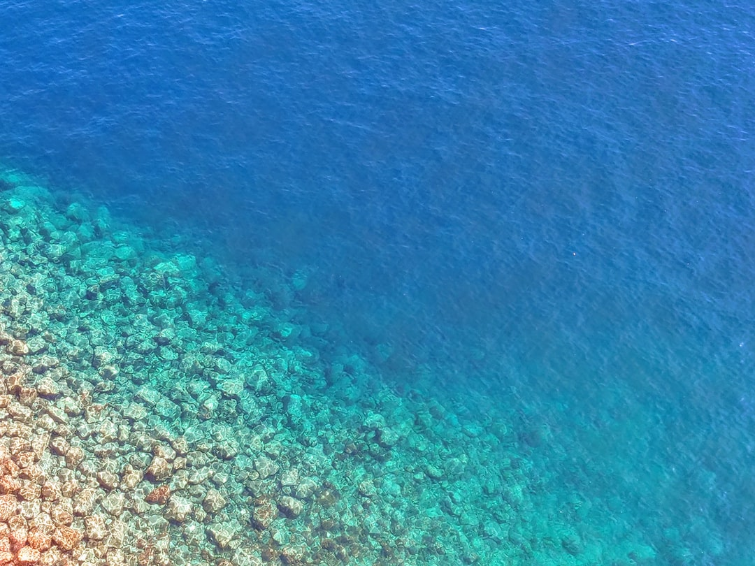 Mer bleue eau calme de la méditerranée avec rochers au bord de Monaco