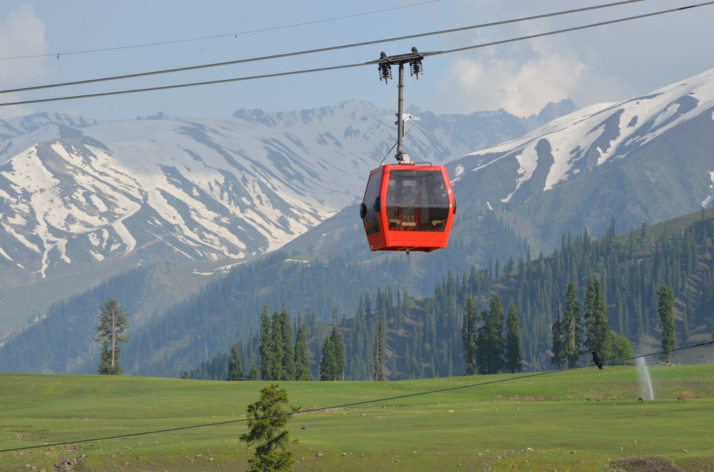 red cable car on focus photography