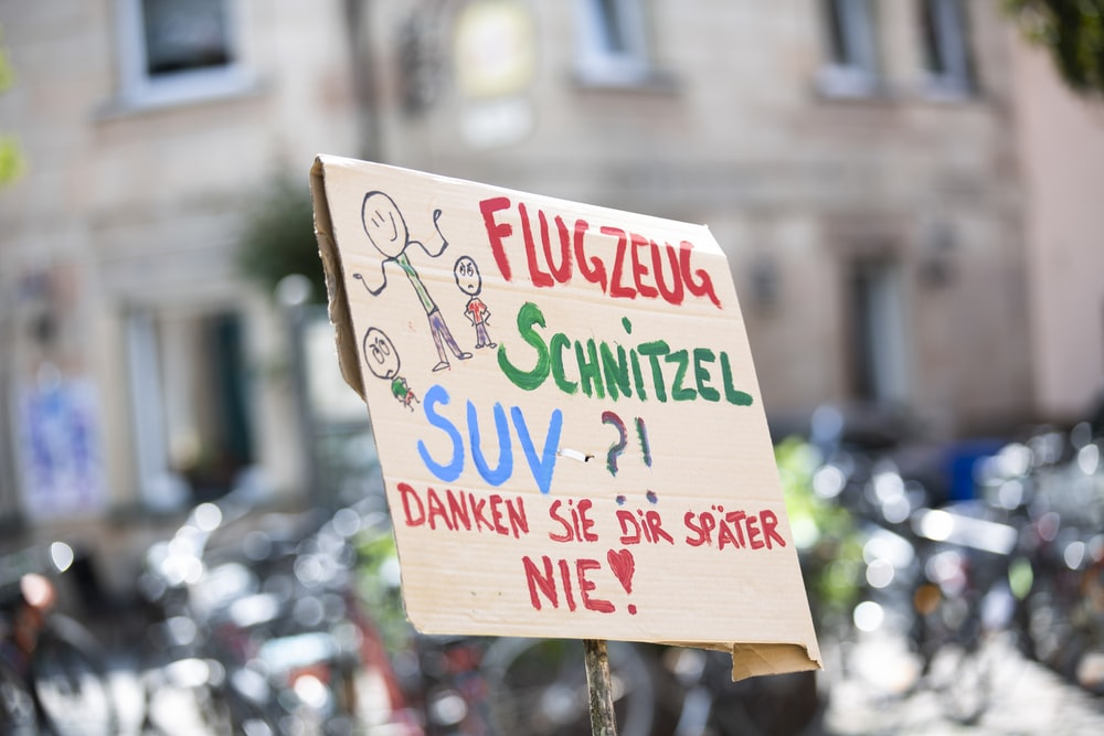 flugzeug schnitzel suv text overlay