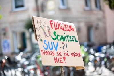 flugzeug schnitzel suv text overlay political zoom background