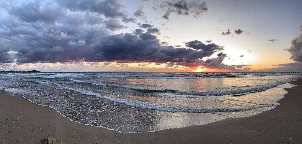 синий пляж под облаками нимб
