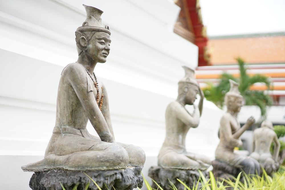 gray concrete statues at daytime