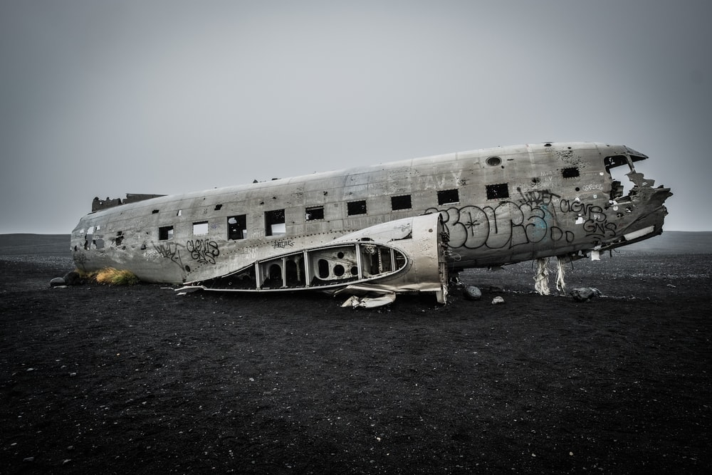gray wreck airplane