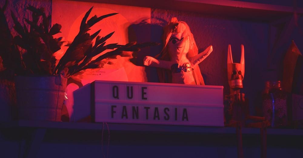 Que Fantasia signage