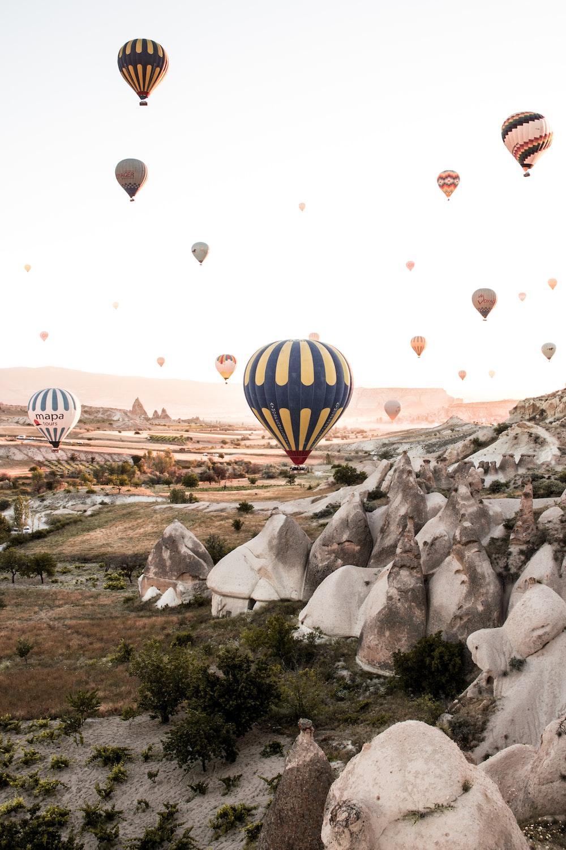 hot air ballooning during daytime