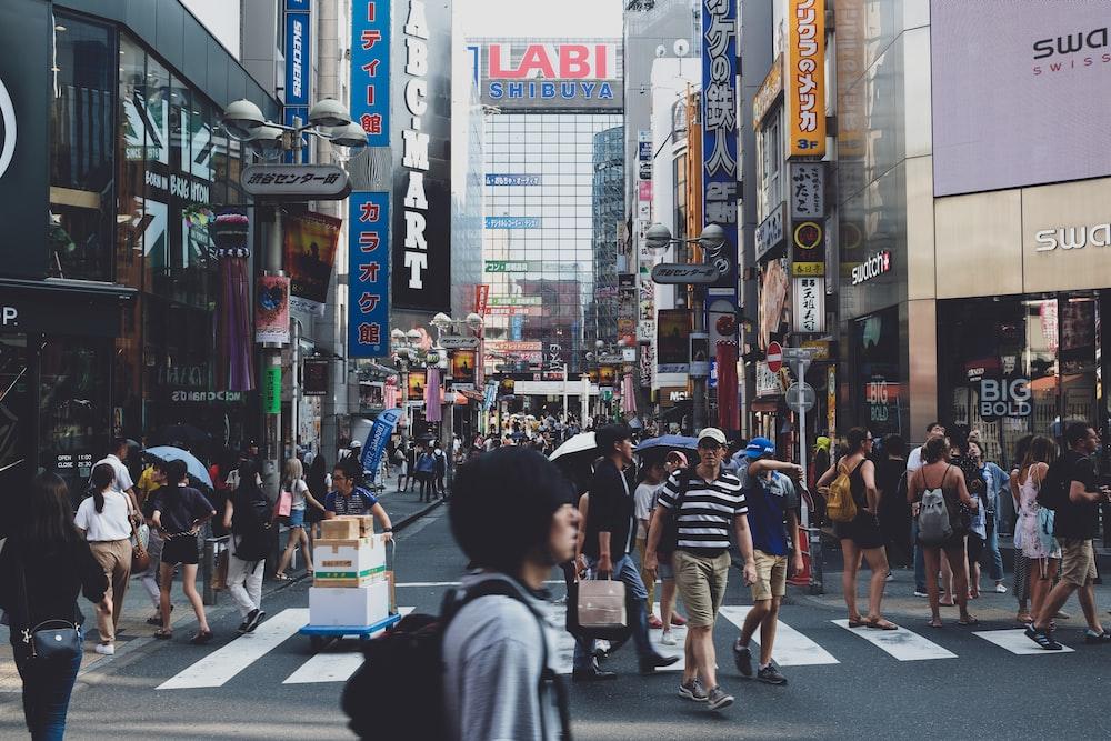 日中のクローズアップ写真中に路上に立っている人