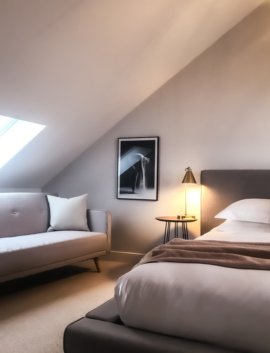 Cozy bedroom in grey: Light, elegant and timeless