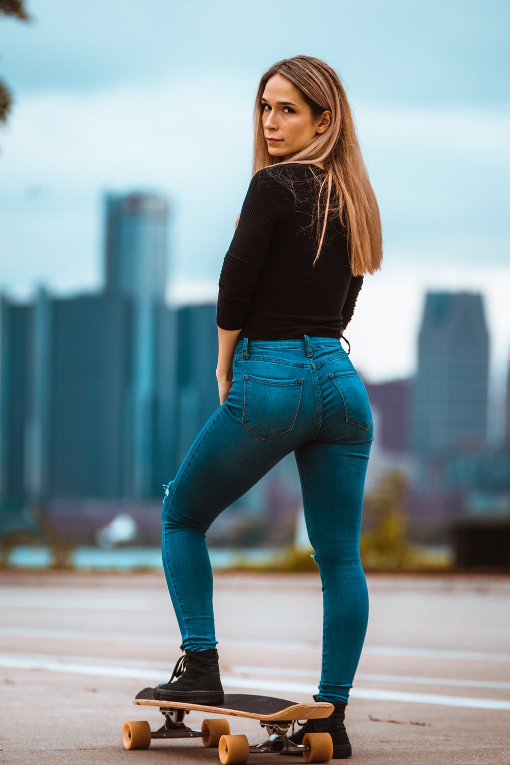 woman in blue washed skinny jeans