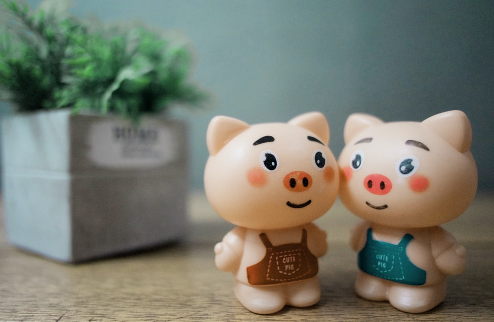two beige pigs action figures