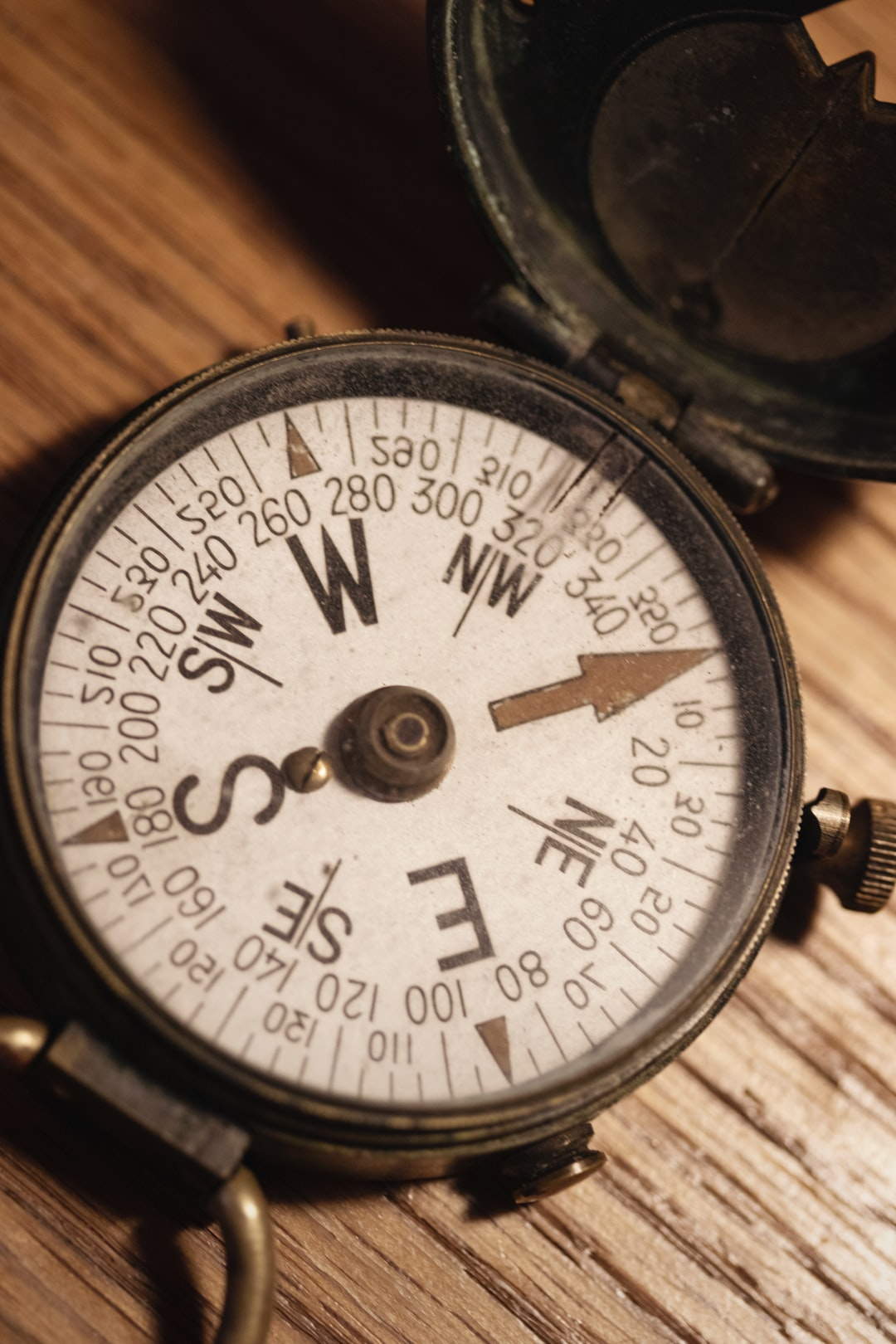 Antique U.S. Engineer Corps solid brass magnetic compass, manufactured in 1918. Compass dial is ivory and features large directional letters, markings and a gold arrow pointing true north.