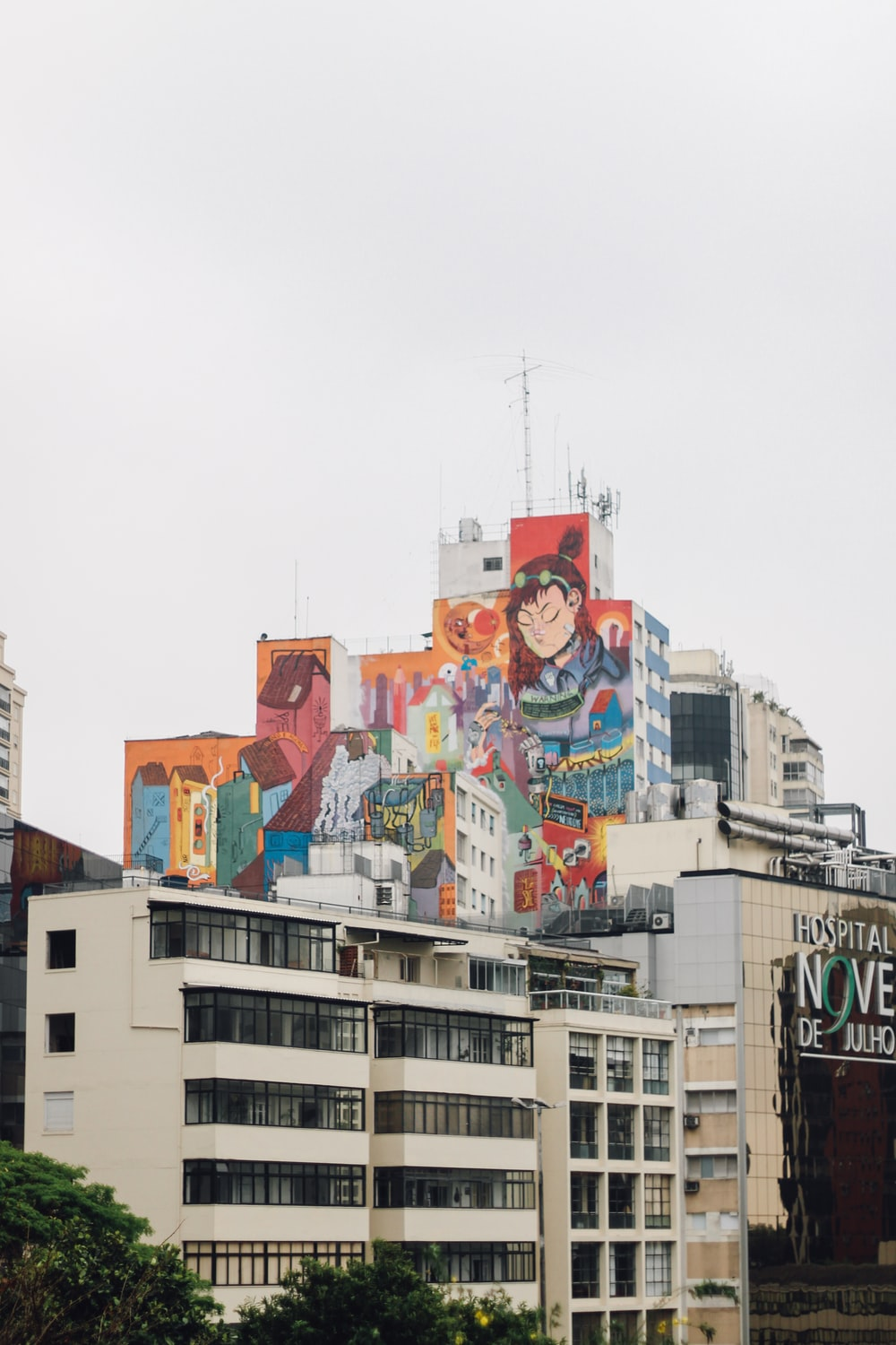 toile mural painting on concrete high-rise buildings