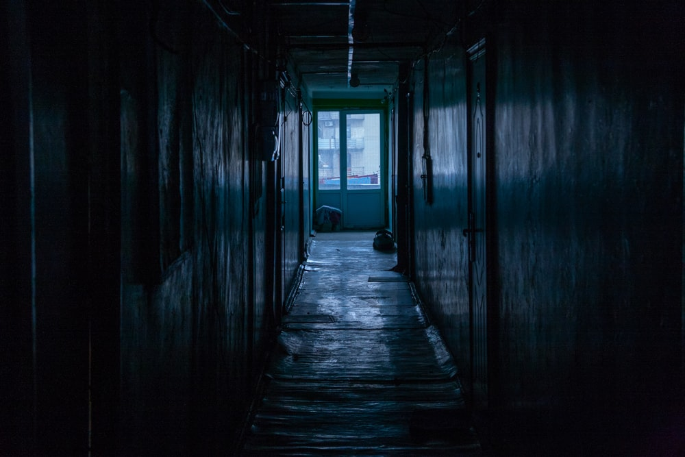 dark hallway photo – Free Corridor Image on Unsplash