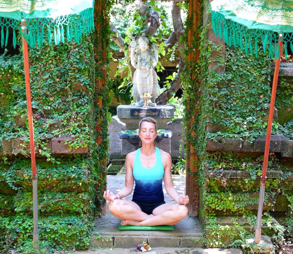woman dong yoga in a garden