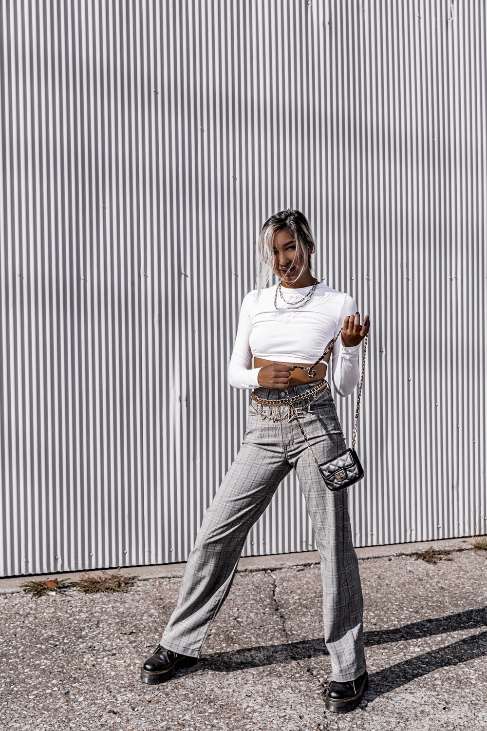 woman wearing white long-sleeved shirt and gra jeans