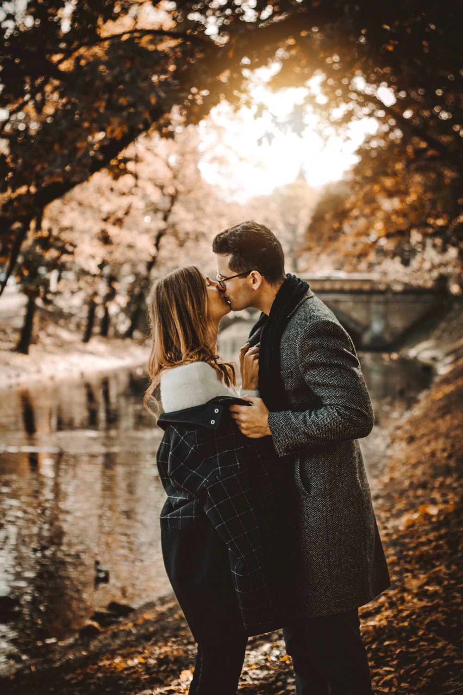 couple kissing photograph