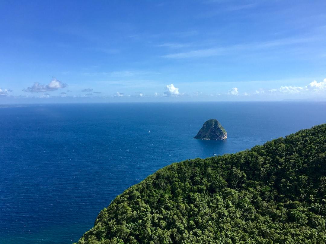 Vue du Rocher du Diamant depuis le Morne L'archer en Martinique.