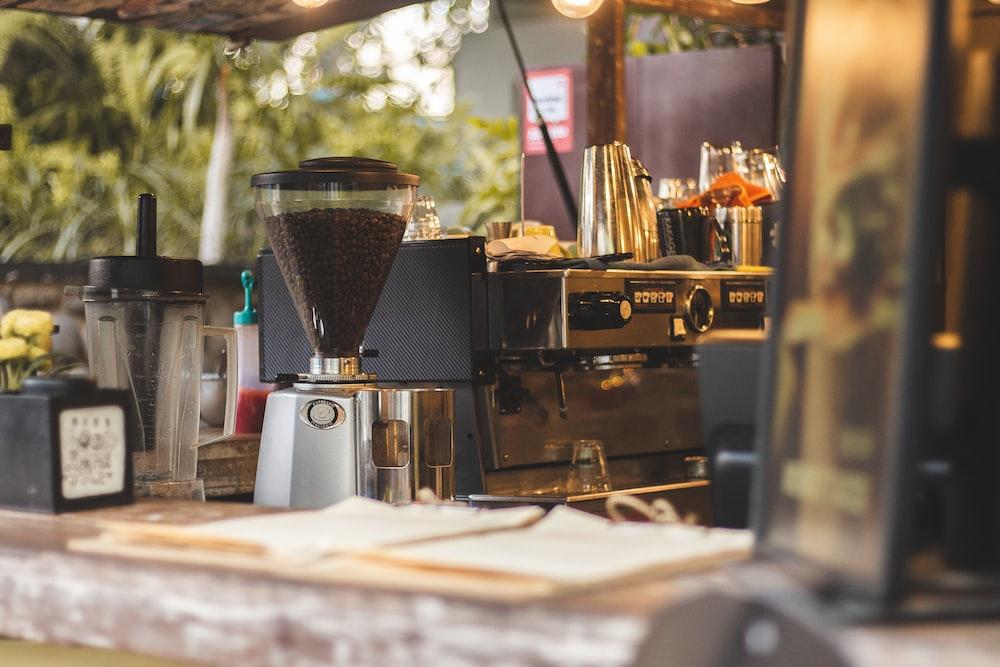 エスプレッソメーカーの横にあるコーヒーメーカー