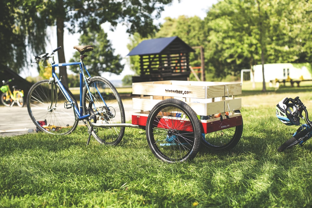 blue bike with a bicycle trailer