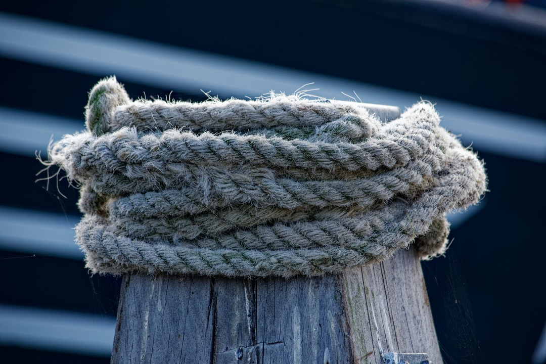 The maritime world, the sea and the coast are special places where there are countless motives. The ropes are always an eye-catcher and offer many stories or analogies.
