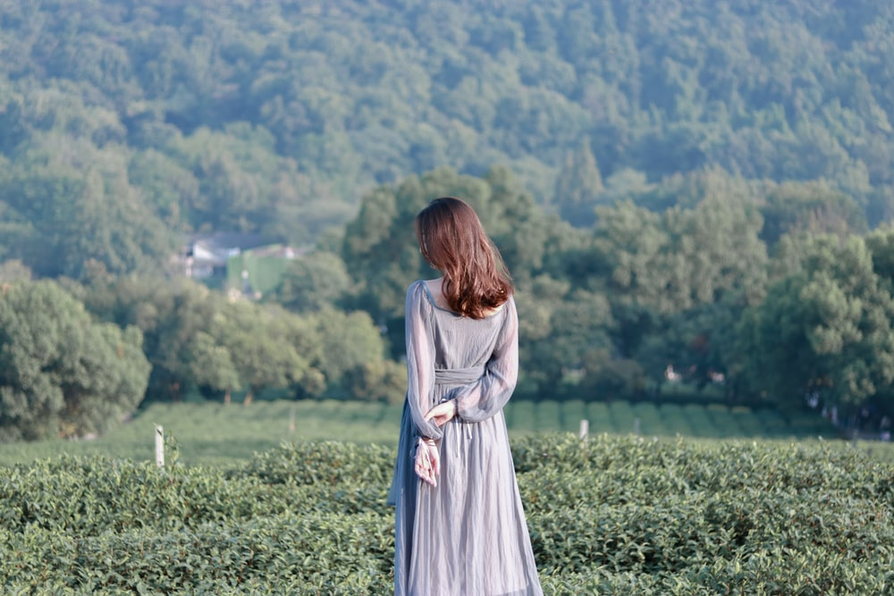 woman wearing gray long-sleeved maxi dress