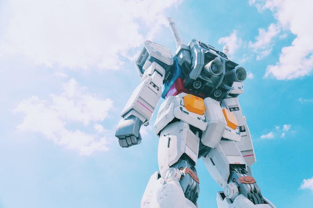 昼間の白と灰色のロボット