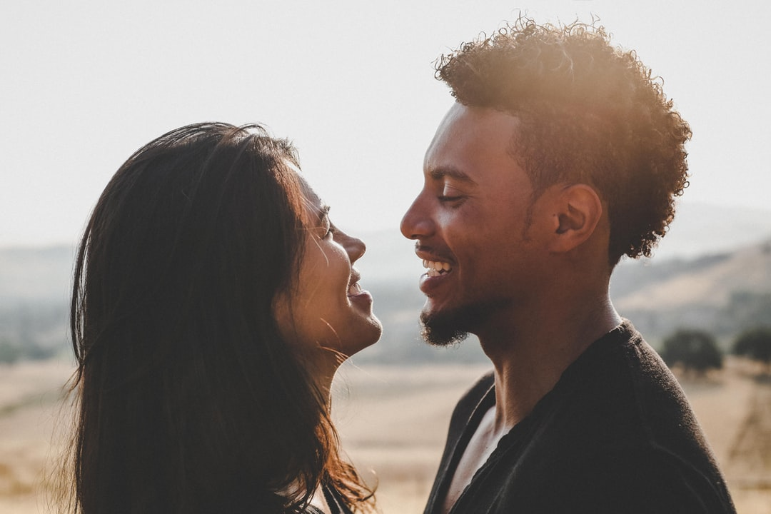 8 Body Language Signs That He Loves You