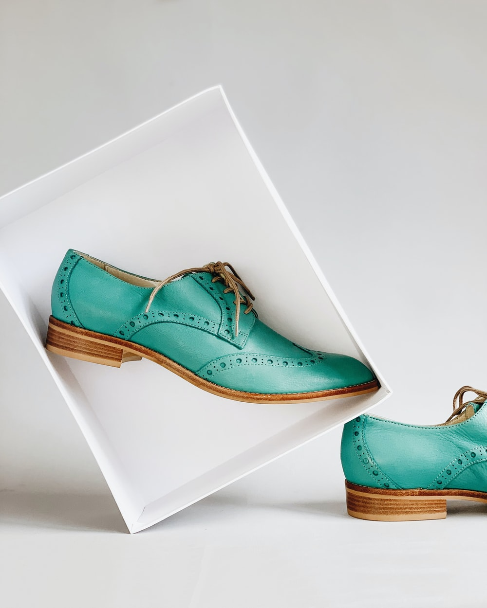 green wingtip shoes screensho