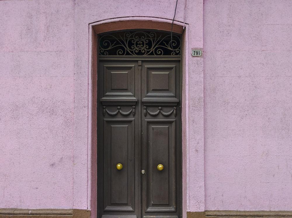 昼間に閉じた灰色の木製ドア
