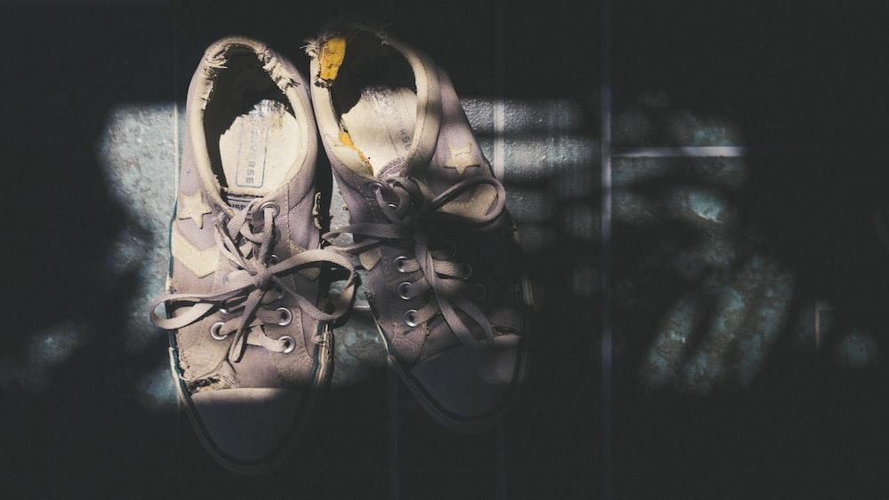 beige low-top sneakerss