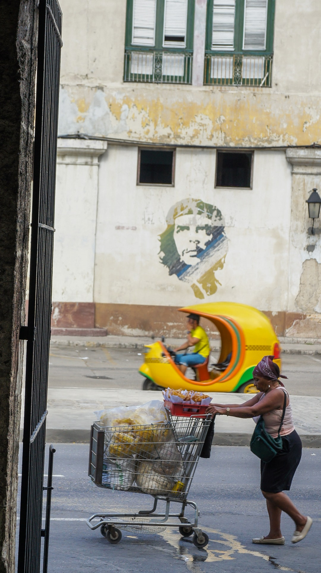 Contrast of history - La Havana / Cuba