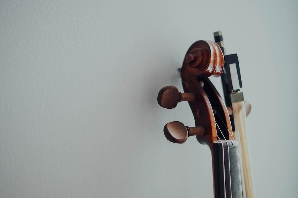 茶色の木製弦楽器ヘッドストック