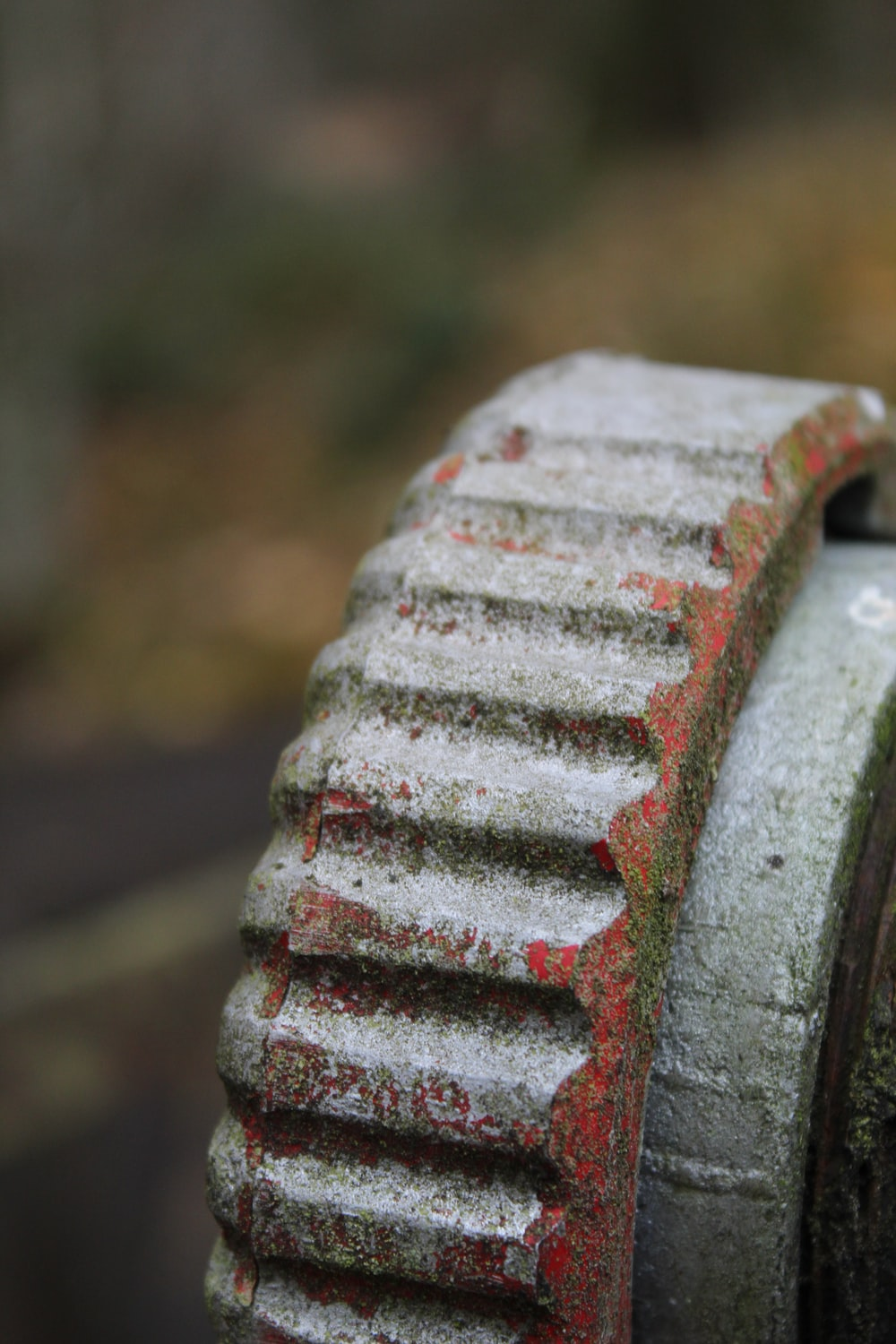 close-up photography of gray gear