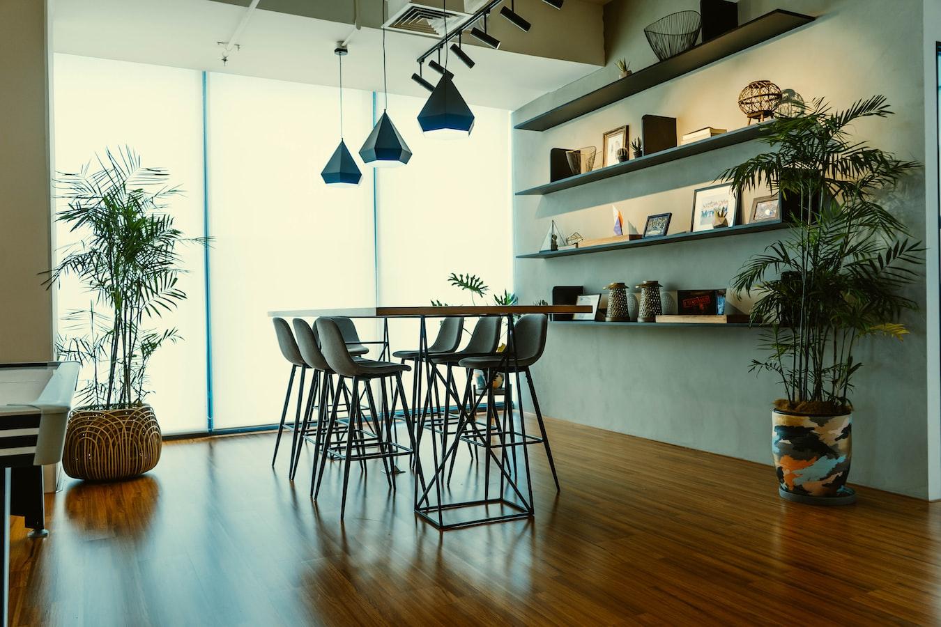 designový nábytek v interiéru moderního domu nebo bytu